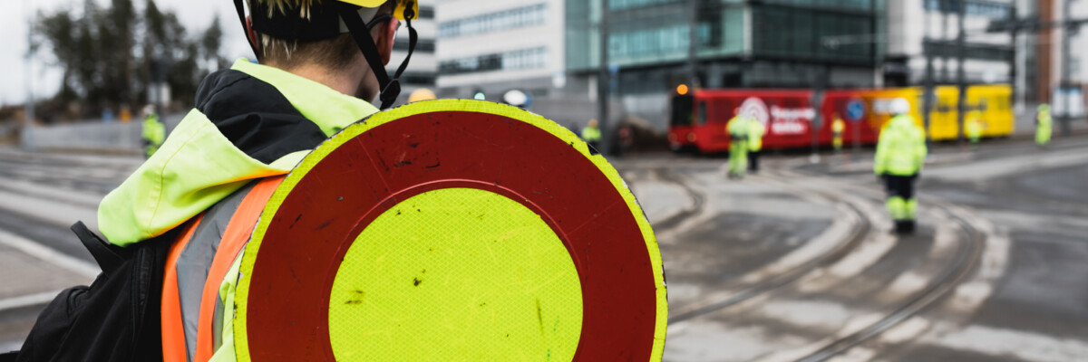 Liikenteenohjaaja Tampereen Ratikan koeajoissa