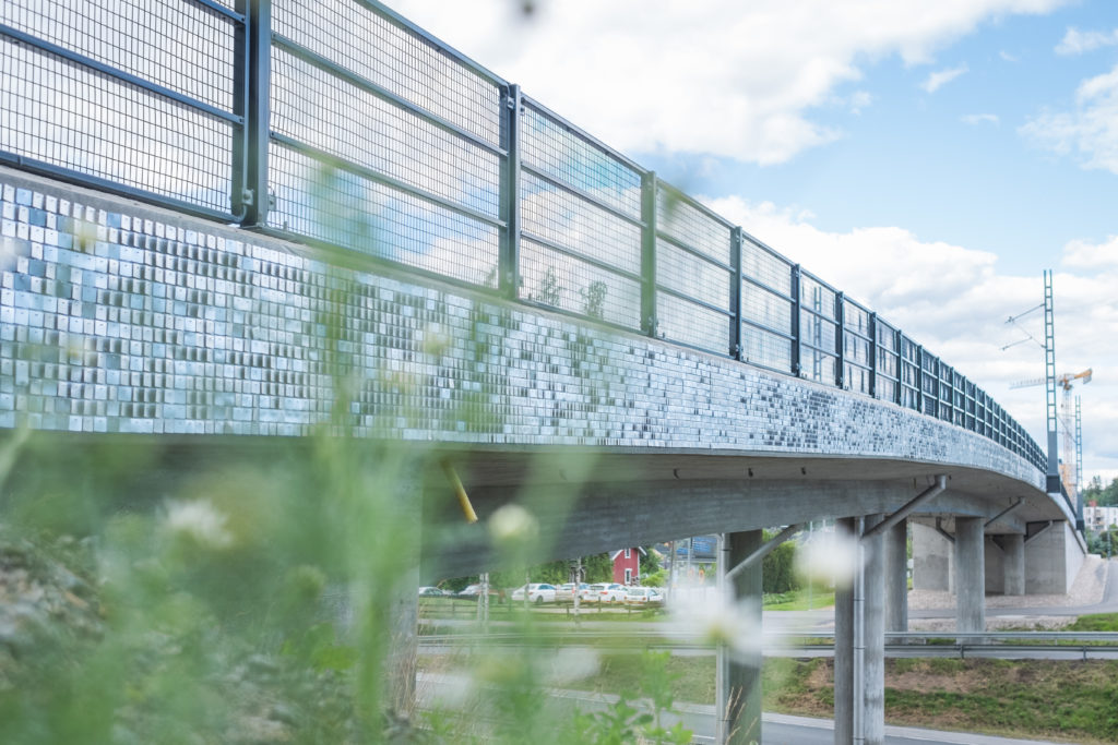Katarina Löfströmin taideteos Kekkosentien ylittävällä raitiotiesillalla