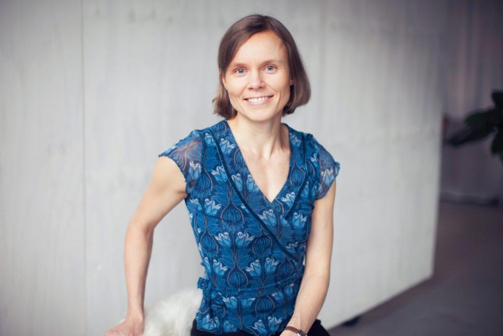 Kirjailija Anni Kytömäki suunnittelee sanataideteoksen Uintikeskuksen ratikkapysäkille. Kuva: Liisa Valonen