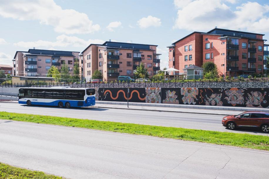 Bussi ajamassa Turtolan tukimuurin ohi