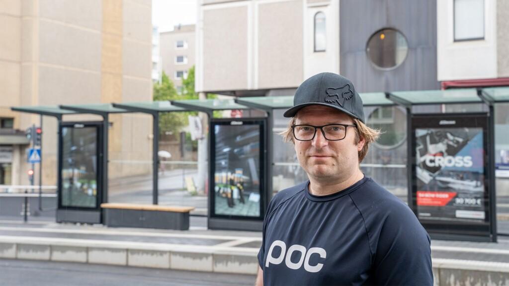 Taiteilija Pasi Rauhala, takana Tullin pysäkkikatos.