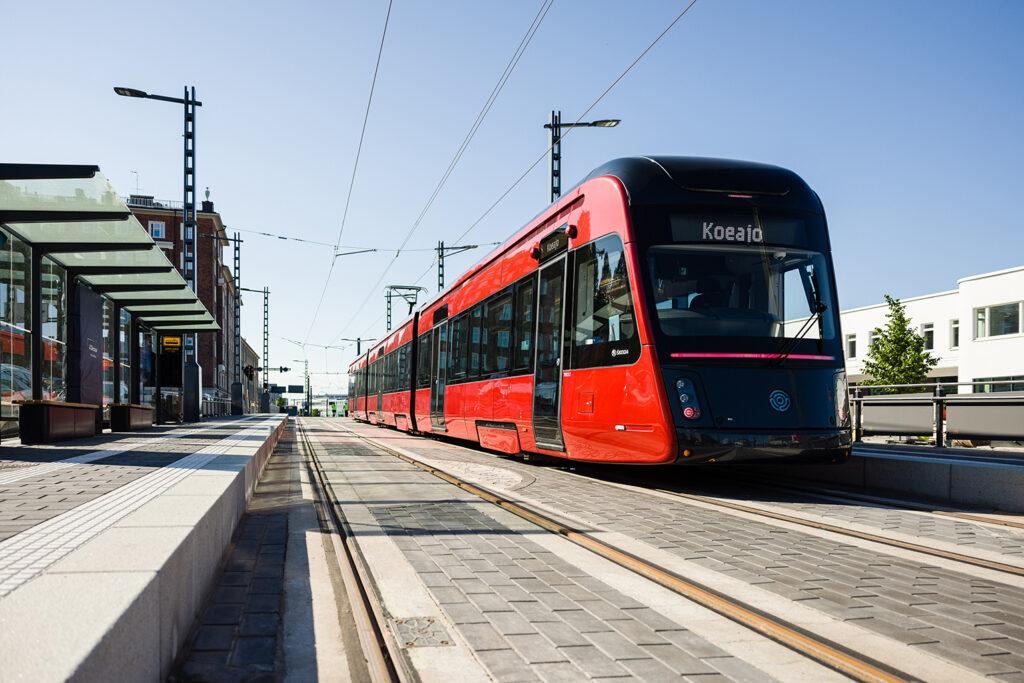 Tampereen Ratikka Sorin aukion pysäkillä