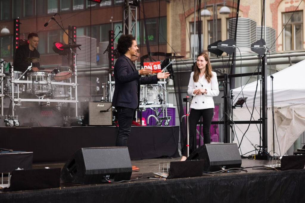 Pääministeri Sanna Marin ja Sean Ricks Ratikka-juhlan lavalla
