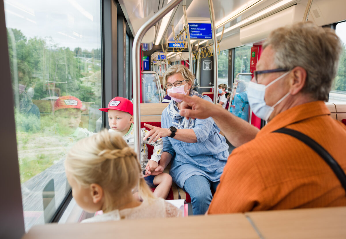 Lapset isovanhempineen Tampereen Ratikassa