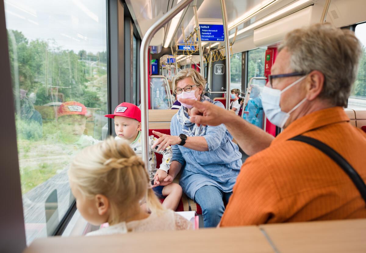 Matkustajia Tampereen Ratikassa